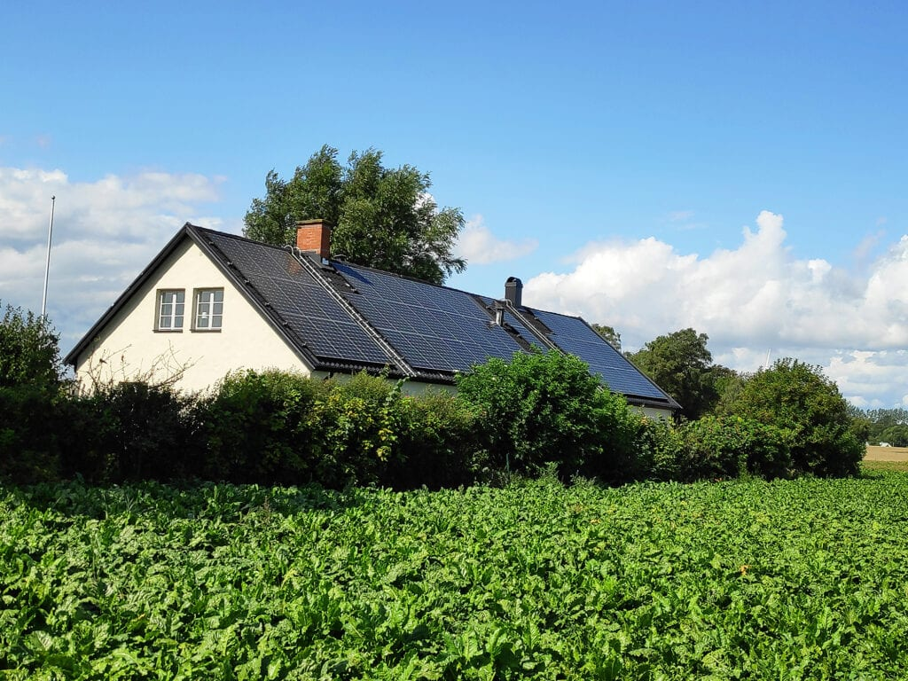 Futura Energi monterade solpaneler utanför Borrby