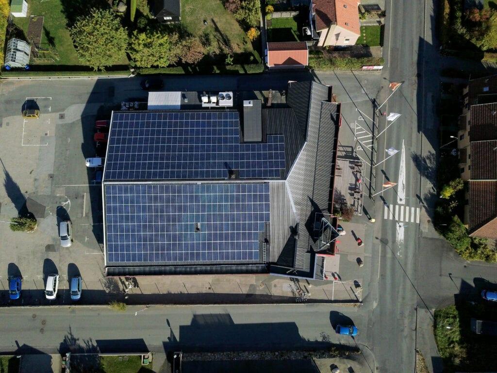 Futura Energi monterade solpaneler på ICA i Kivik