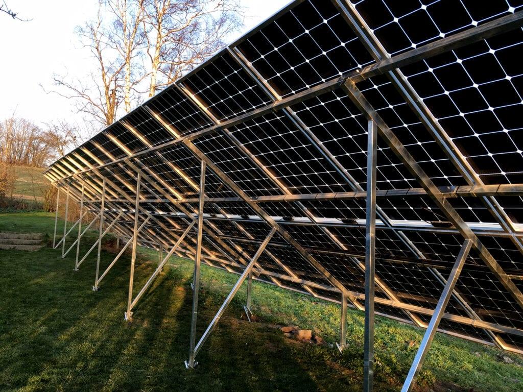 Futura Energi monterade solpaneler som är markmonterade med växelriktare från GoodWe